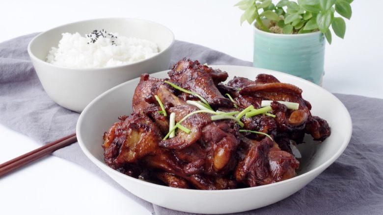 酱烧鸭翅根,装盘以后可以用香葱装饰,淋一小勺油浇在葱上,颜色更加漂亮!