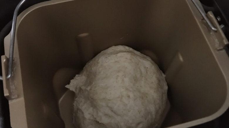 低油低糖的全麦贝果,将面团放入面包桶中,湿酵母涂抹在面团上