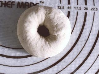 低油低糖的全麦贝果,整形完成,放在剪成方块的油纸上