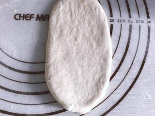 低油低糖的全麦贝果,取一个松弛好的面团擀成牛舌状
