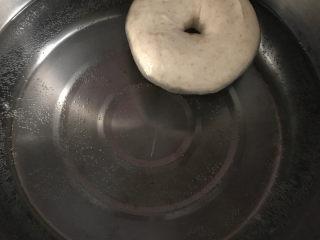 低油低糖的全麦贝果,50克的糖加1000克的水煮至锅底冒小泡的状态后,放入贝果,每面煮30秒后捞出,用厨房纸或者干净的布吸干底部水分