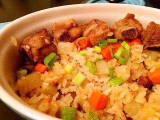 土豆排骨焖饭,排骨饭焖好以后再撒上葱花,大功告成。好吃到飞起来。