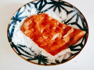 日式炸猪排,把腌好的肉放在玉米淀粉里!
