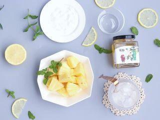 夏日凤梨无酒精莫吉托,凤梨切块,柠檬切片准备好,准备一个小碟子铺满盐巴