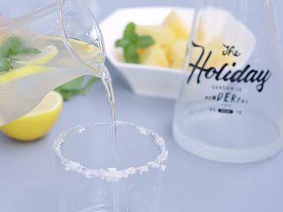 夏日凤梨无酒精莫吉托,完成后,倒回杯口沾了盐巴的杯子里,就可以开喝啦