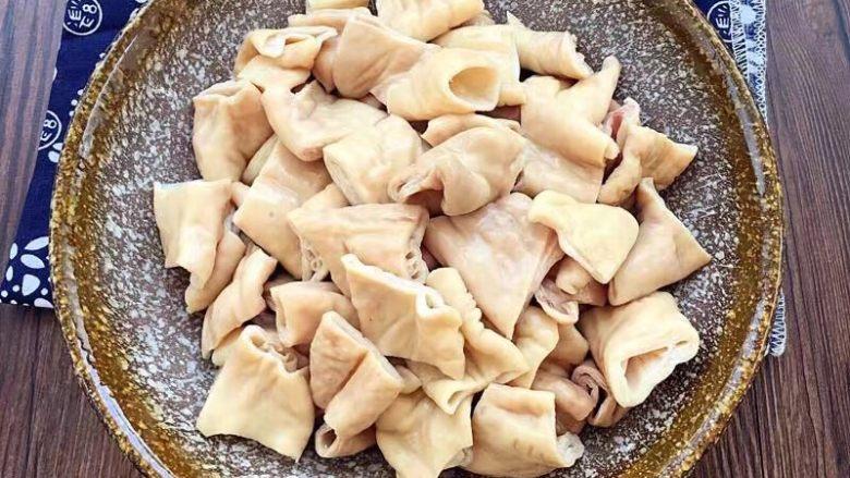 红烧肥肠,煮过的肥肠切成段块备用