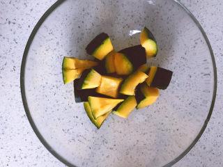 黑椒海盐烤南瓜,切好的南瓜块放入一个容器中