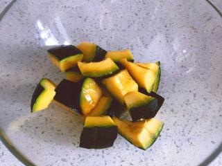 黑椒海盐烤南瓜,搅拌均匀