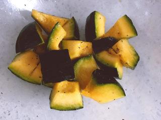 黑椒海盐烤南瓜,全部拌均匀,橄榄油,海盐,黑胡椒均匀沾满每一块南瓜。