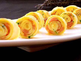 火腿蒜香鸡蛋卷,然后摆入餐盘中即可(漂亮或有趣的造型也能促使宝宝的食欲哦)。喜欢吃蕃茄酱、沙拉酱的也可搭配食用哦