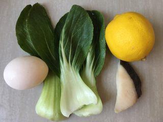 油菜鱈魚蛋黃粥,食材:油菜3片、雞蛋一個、鱈魚一段、檸檬
