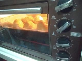 迷你巨无霸汉堡包~汉堡胚制作~,发酵后,看到是原来的1.5-1.8倍大了,就可以烤了,烤箱预热180度,然后上火170,下火180,中层20分钟。这个我家烤箱的温度,你们根据自己家的烤箱脾气适当调节。