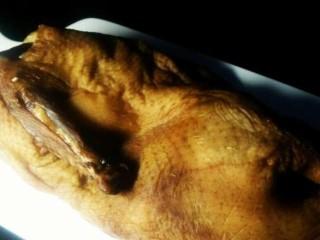 私房烤鸭,三天后拿出来晾晒半天到一天,直到表皮干燥,这样比擦干效果好。当然你也可以选择擦干了烤。