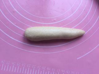 黄油面包卷,稍微搓搓,搓成这样的造型。
