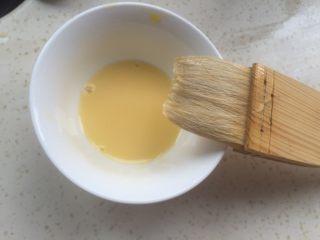 黄油面包卷,准备一点蛋黄,加一半水搅匀。
