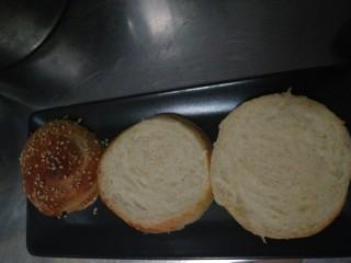 迷你巨无霸汉堡包~汉堡胚制作~,面包横着切两刀变成三片,就开始叠罗汉啦!(*/ω\*)