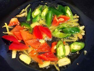 爆炒猪肝,火侯采用大火,再下青红辣椒爆炒至熟。