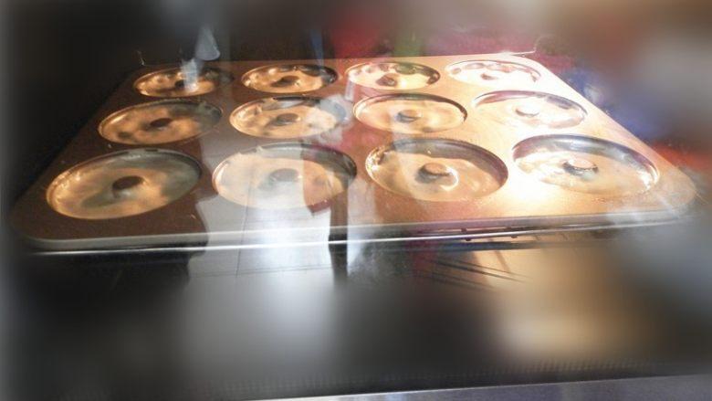 草莓酱甜甜圈,端起模具轻轻震动出气泡。送进预热好的烤箱中层,上下火160度,20分钟左右。