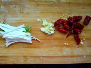 油泼面,葱切丝,蒜切碎 ,辣椒切小段