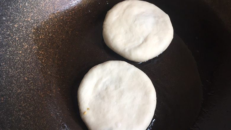 西葫芦鸡蛋饼 ,锅中抹上少许油,放入西葫芦鸡蛋饼