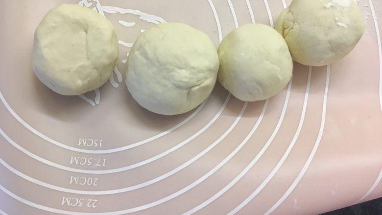 西葫芦鸡蛋饼 ,摘成大小均匀的小面团,揉圆