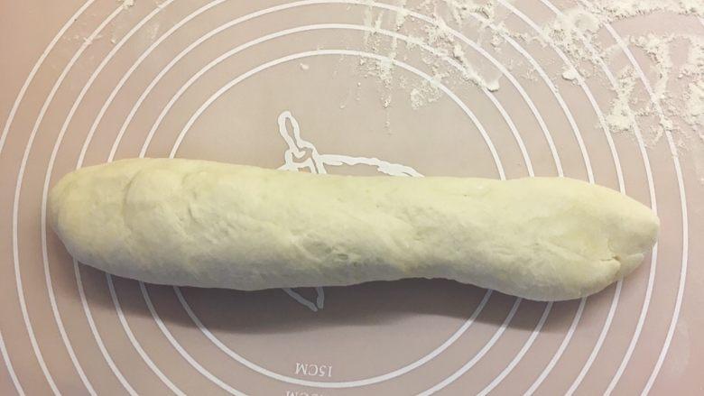 西葫芦鸡蛋饼 ,将面团揉成长条