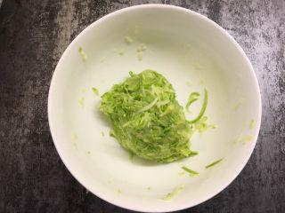 西葫芦鸡蛋饼 ,用手挤干水分