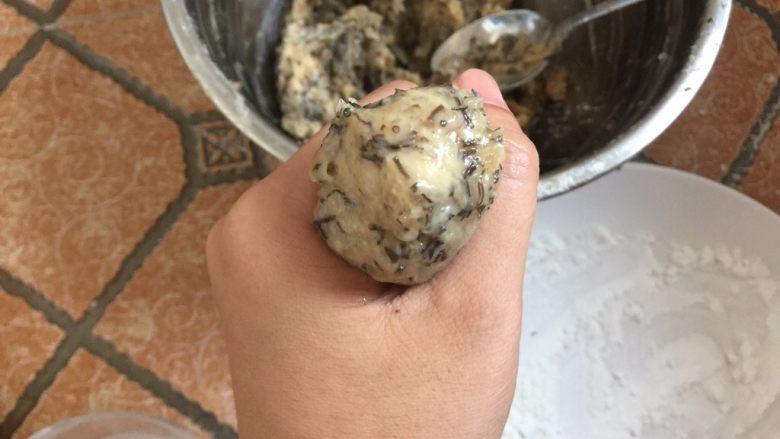 酥炸鱼球,然后抓一把鱼胶,从虎口处挤出一个鱼丸,用汤匙刮取