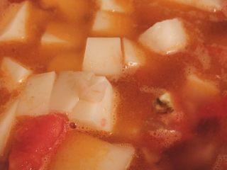 开胃番茄米豆腐,放入米豆腐煮至收汁