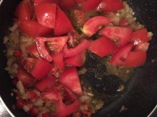 开胃番茄米豆腐,加入番茄后炒出汁