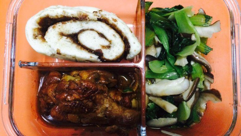 爱情便当1-香菇油菜+家常鸡腿,装入饭盒,加上一个花卷,美美的一顿饭就做好了!