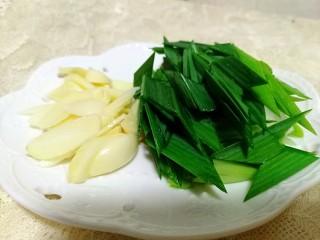 湘味~白辣椒炒腊肉,蒜瓣切片,蒜苗切段。
