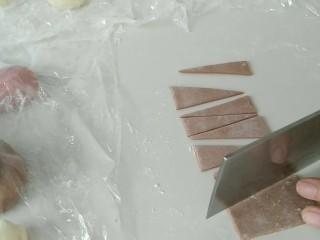 礼帽小企鹅面食,取小部分面团,加入可可粉,揉匀。并如图,切出大些的等腰三角形。