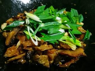 湘味~白辣椒炒腊肉,出锅前撒上蒜苗翻炒均匀即可。