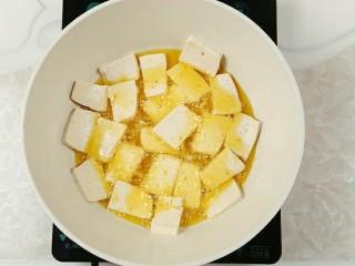 木耳炒豆腐,放入豆腐块