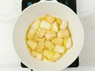 木耳炒豆腐,炸至表皮变色