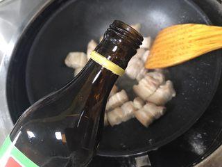 鮑魚紅燒肉,加入適量料酒翻炒