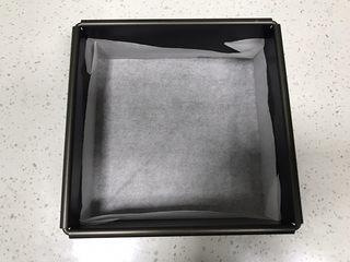抹茶冰激凌夹心曲奇,取出三能方形活底蛋糕模SN5121 8寸,底部折好不粘油纸待用