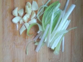 干煸豆角,葱切丝,蒜切碎