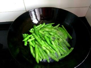 干煸豆角,油七分热,下入豆角煎炸