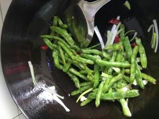 干煸豆角,加入一勺料酒,少量盐,翻炒出锅。(可以放点鸡精香油调味)