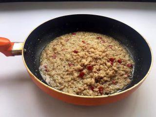酸菜炒肉末~附上酸菜制作方法!,腌制好的肉糜倒入锅中,煸炒片刻,把猪肉中的肥油煸炒逼出来。