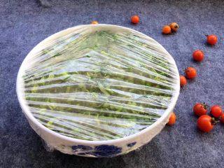 酸菜炒肉末~附上酸菜制作方法!,盖上保鲜膜,常温下让其静静的腌制。夏天一般2~3天左右就可以吃了,冬天时间较长一些,大概5~7天左右。