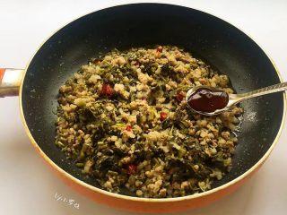 酸菜炒肉末~附上酸菜制作方法!,边翻炒边添加盐1勺,蚝油1勺,翻炒2~3分钟。