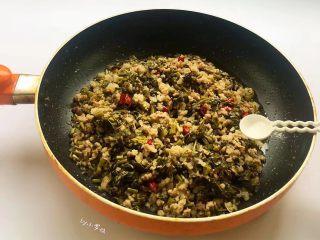 酸菜炒肉末~附上酸菜制作方法!,撒上味精调味,翻炒均匀即可关火。