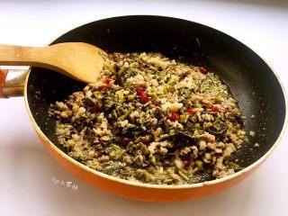 酸菜炒肉末~附上酸菜制作方法!,酸菜倒入锅中,翻炒片刻。