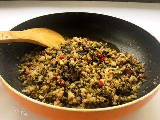 酸菜炒肉末~附上酸菜制作方法!,继续翻炒让酸菜与肉末味道融合。