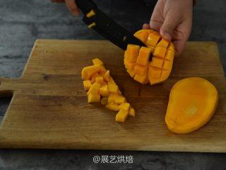【烘焙食谱】芒果班戟 │展艺烘焙,将芒果先切成丁备用
