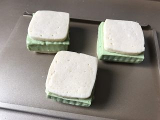 抹茶冰激凌夹心曲奇,做好的曲奇放入冰箱冷冻10分钟,因为在做的过程中,冰激淋已经开始融化。不方便拿取食用。所以需要再冻几分钟,固定冰激淋和曲奇的两个面。