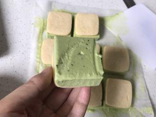 抹茶冰激凌夹心曲奇,用刮板从底部铲出一块冰激淋曲奇,翻面,再盖上另外一块曲奇。